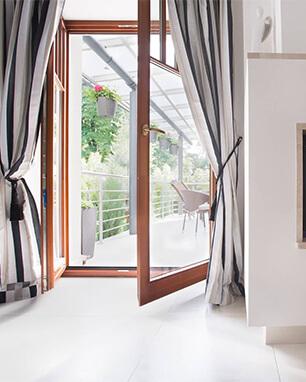 Πόρτα που έχει κατασκευαστεί με ανοιγόμενο σύστημα αλουμινίου. Προσφέρει ηχομόνωση και θερμομόνωση στο εσωτερικό της οικίας.