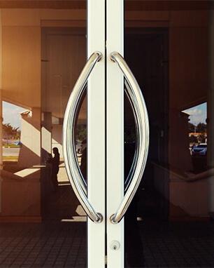 Εξωτερική πόρτα επαγγελματικού χώρου κατασκευασμένη από κουφώματα αλουμινίου. Κορυφαία επιλογή για ηχομόνωση και ασφάλεια.